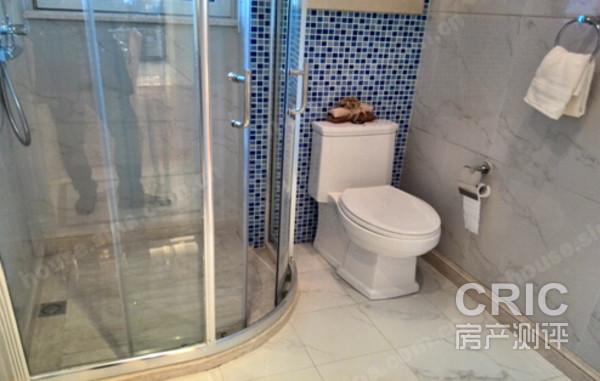 92平方米户型的公共卫生间设置为玻璃浴室与马桶位置